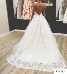 Przepiękna sukienka ślubna z długim koronkowym tyłem