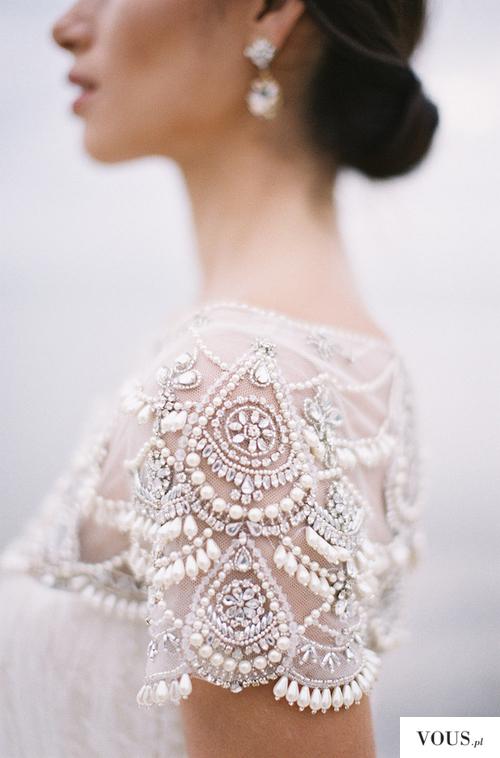 Koronkowe zakończenie sukni ślubnej na ramionach