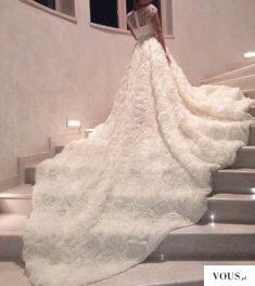 przepiękna długa suknia pokryta różami
