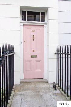 różowe drzwi