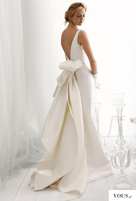przepiękna sztywna suknia ślubna z odkrytymi plecami i kokardą nad pupą
