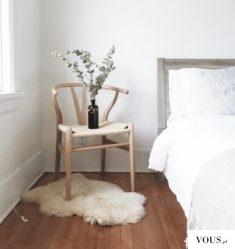 Krzesło jako podstawka na kwiatek