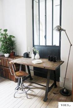 stary drewniany stół do biura