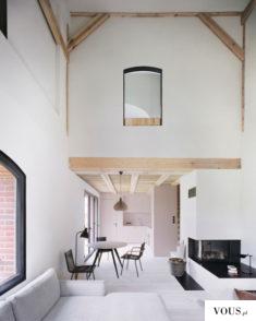 białe proste wnętrze z drewnianymi wstawkami