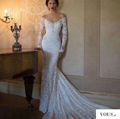 Obcisła koronkowa suknia ślubna z odkrytymi ramionami