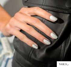 Piękne paznokcie, białe z delikatnym paseczkiem