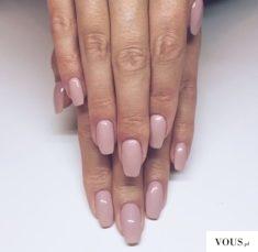Przepiękne paznokcie z lakierem w kolorze pudrowego różu