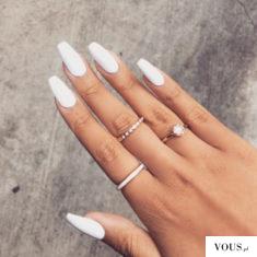 białe paznokcie na lato do opalonej dłoni