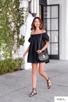Czarna sukienka bez falbanek z odkrytymi ramionami