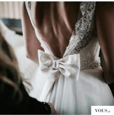 kokarda w sukni ślubnej