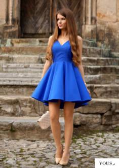 Kobaltowa sukienka z dłuższym tyłem