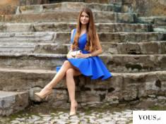 Kobaltowa rozkloszowana sukienka z dłuższym tyłem.www.illuminate.pl