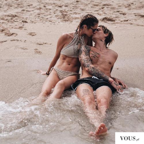 zakochana para nad morzem. Jak znaleźć prawdziwą miłość?