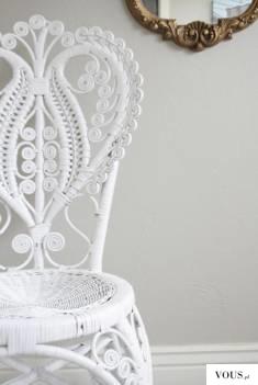 białe ażurowe krzesło