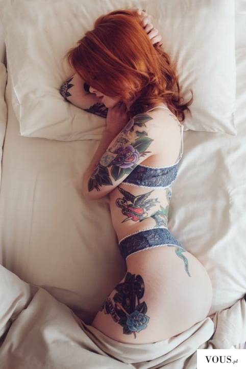 ruda dziewczyna z tatuażami, kwiaty retro