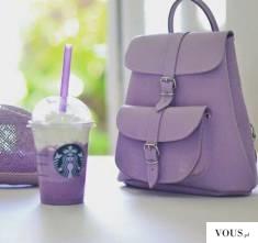 fioletowy plecak i napój ze starbuksa