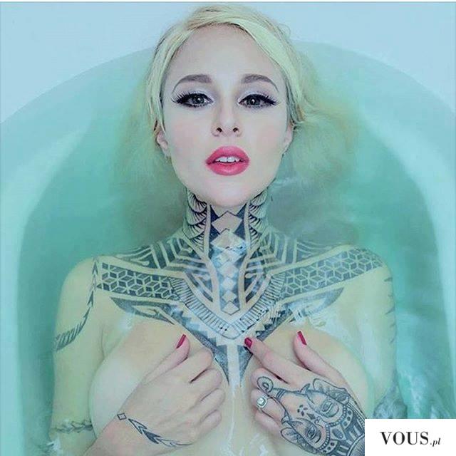 wytatuowana szyja kobiety, czy tatuować szyję?