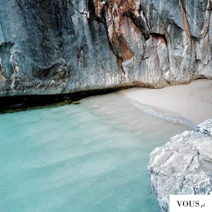 dzika plaża osłonięta skałami, gdzie na wakacje?