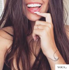 uśmiechnięta dziewczyna, jak wygląda idealny uśmiech?
