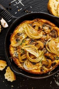 Frittata z grzybami i cebulą – CookMagazine