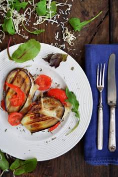 GRILLOWANY BAKŁAŻAN Z POMIDORKAMI KOKTAJLOWYMI I SEREM – CookMagazine