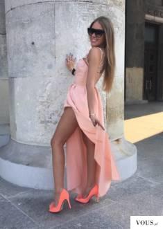 Długa morelowa sukienka z ozdobną górą