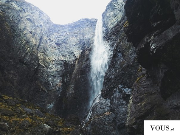 wodospad w górach