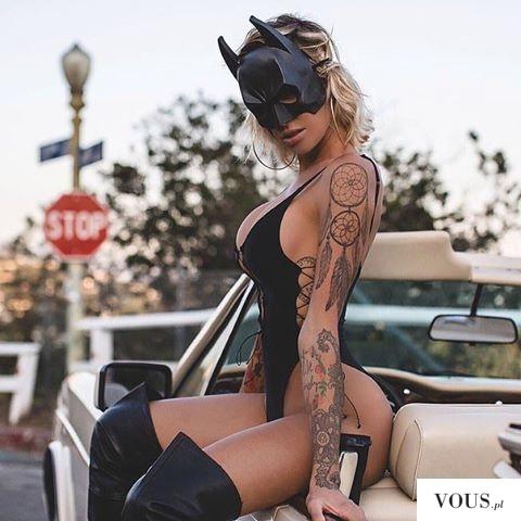 wyćwiczony kotek z tatuażami