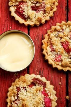 TARTALETKI RABARBAROWE Z KRUSZONKĄ – CookMagazine