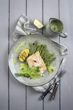 DORSZ ZE SZPARAGAMI I SOSEM ZIOŁOWYM – CookMagazine