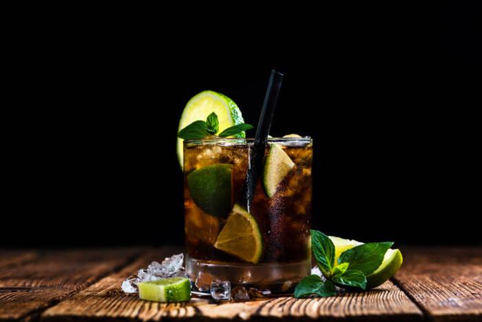DRINK NA DZIŚ: CUBA LIBRE – MenMagazine