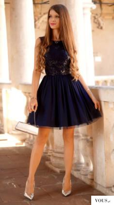 Tiulowa rozkloszowana granatowa sukienka z cekinową górą