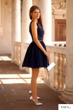 Tiulowa rozkloszowana granatowa sukienka