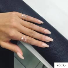 Długie przedłużone paznokcie nude, zadbana dłoń