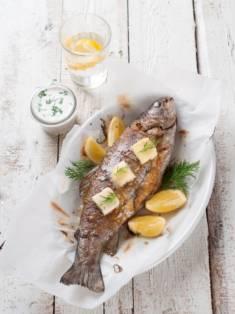 RYBA PIECZONA W CAŁOŚCI Z KOPERKIEM – CookMagazine