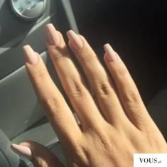 nude nails, długie paznokcie