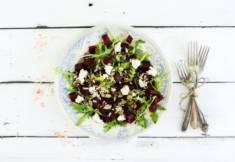 SAŁATKA Z PIECZONYCH BURAKÓW Z RUKOLĄ I SEREM FETA – CookMagazine