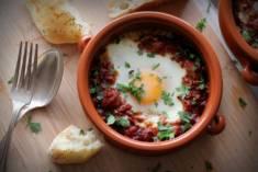 SZAKSZUKA CZYLI JAJKA W POMIDOROWYM SOSIE – CookMagazine