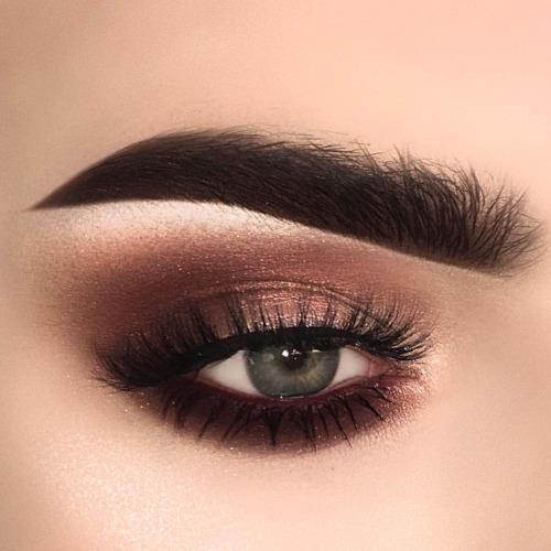 idealny makijaż przydymione brązowe oko