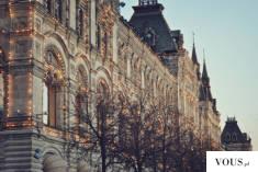 Ozdobiony świątecznie francuski budynek