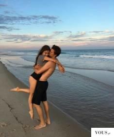 zakochana para nad morzem