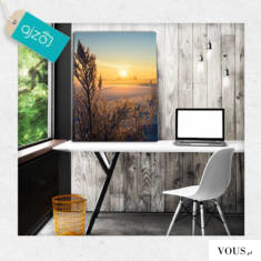 Fotografia w formie plakatu na ścianę z motywem wschodzącego słońca w zimowej scenerii.