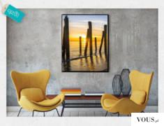Romantyczny krajobraz z motywem morze na tle wschodzącego słońca.