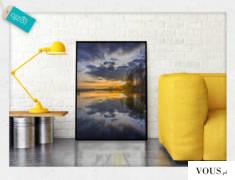 Krajobraz z zachodzącym słońcem nad jeziorem, motyw ciemnych chmur dodaje do dekoracji tajemnicz ...