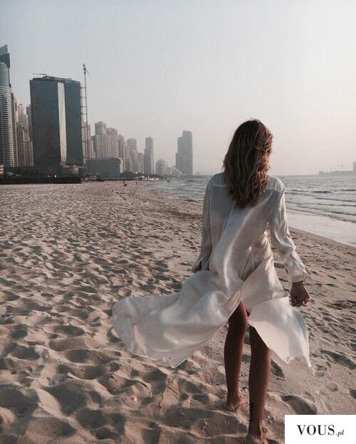spacer po plaży w sukience