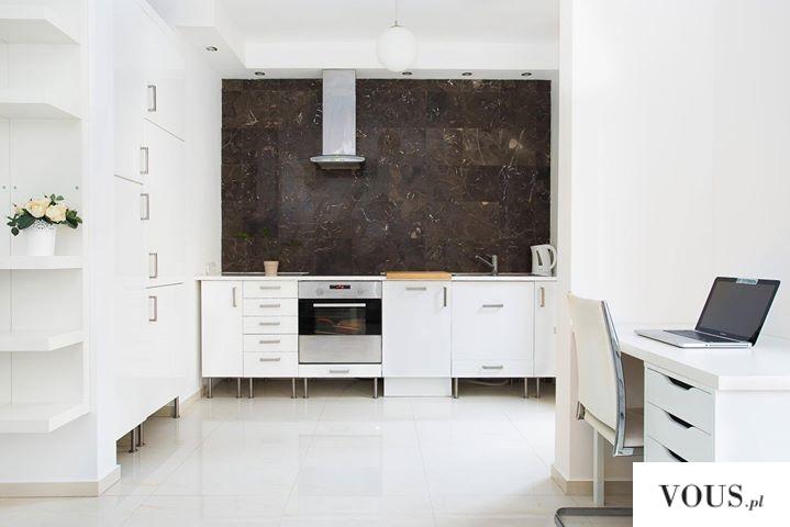 białe proste wnętrze, kuchnia połączona z biurem