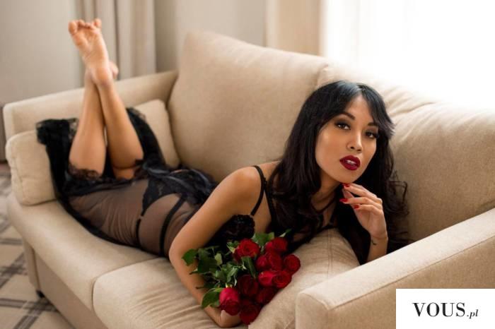 przepiękna kobieta w koronkowej czarnej sukience i czerwonych ustach