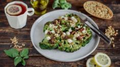 Przepis – Grillowane brokuły z kozim serem, suszonymi pomidorami i orzeszkami pinii – ...