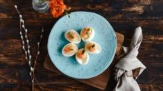 Przepis – Jajka z kozim serem i łososiem – Biuro Napoleona