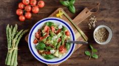 Przepis – Kasza jaglana ze szparagami, suszonymi pomidorami, fetą – Biuro Napoleona